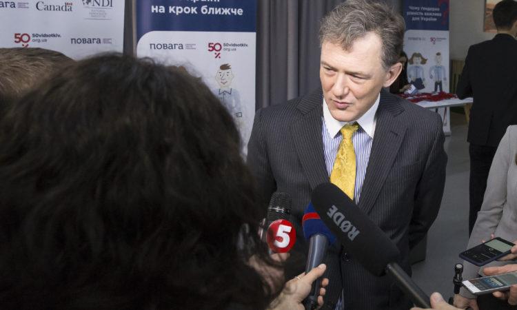 заступник Голови місії посольства США Джордж Кент дає інтерв'ю журналістам